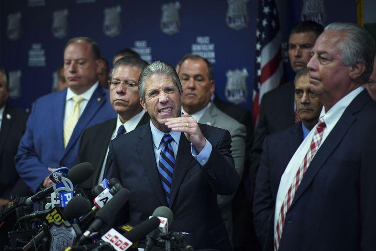 Pat Lynch, president van de New Yorkse politiebond, reageert maandag boos nadat agent Daniel Pantaleo is ontslagen.  Beeld AFP