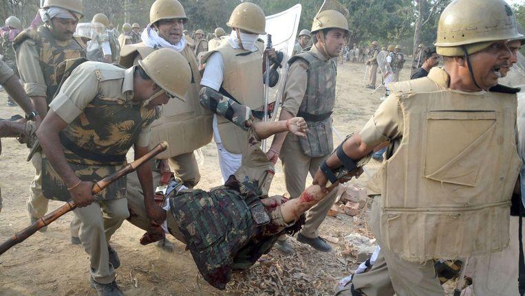 Agenten in Mathura dragen een gewonde collega weg. Beeld afp