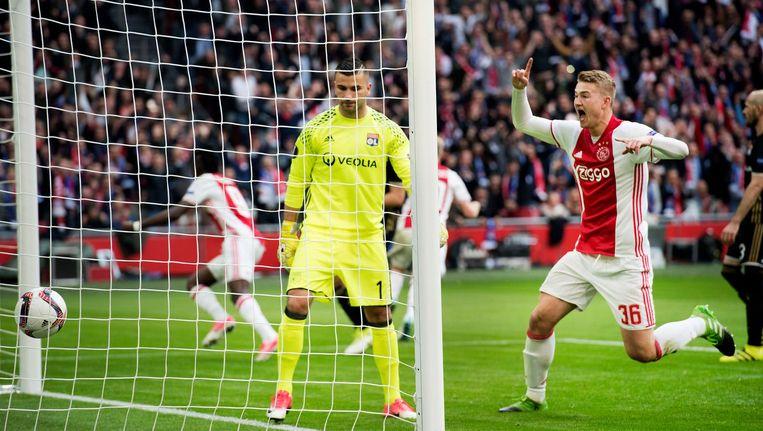 Matthijs de Ligt juicht nadat Bertrand Traoré (links) de 1-0 achter Lyon-doelman Anthony Lopes heeft gewerkt. Beeld anp
