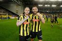 Alexander Buttner (links) en Vitesse-player Guram Kashia vieren hun overwinning op FC-Utrecht.