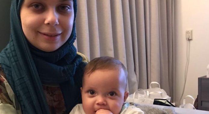 Azra (26) met haar dochter Sara.