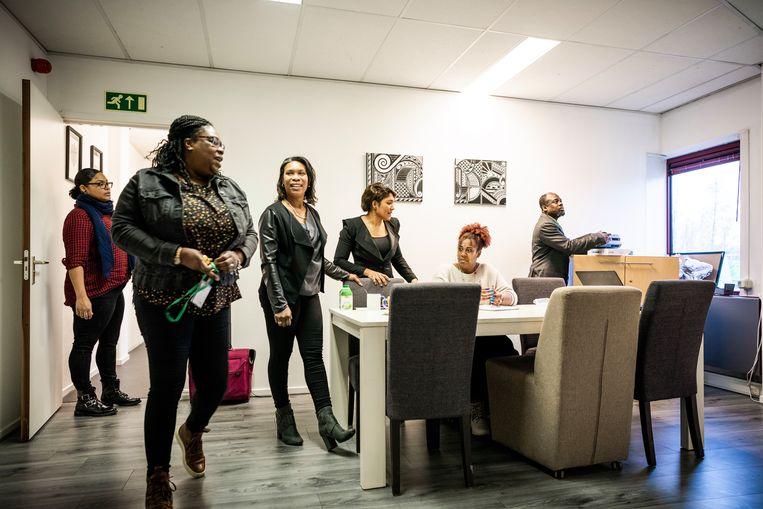 Bij Mait, een organisatie die mensen helpt met schulden, wordt een presentatie voorbereid.  Beeld Freek van den Bergh / De Volkskrant