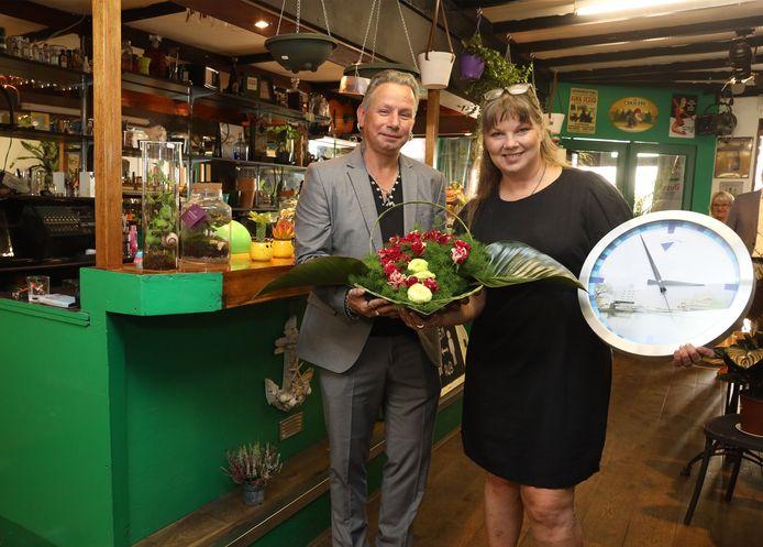 Ralf van Rees en Donatha van Dijk maakten van hun Ierse pub een plantenzaak. Ze kregen een klok van de gemeente Terneuzen cadeau en Donatha maakte voor hen een bloemstuk met een verhaal.
