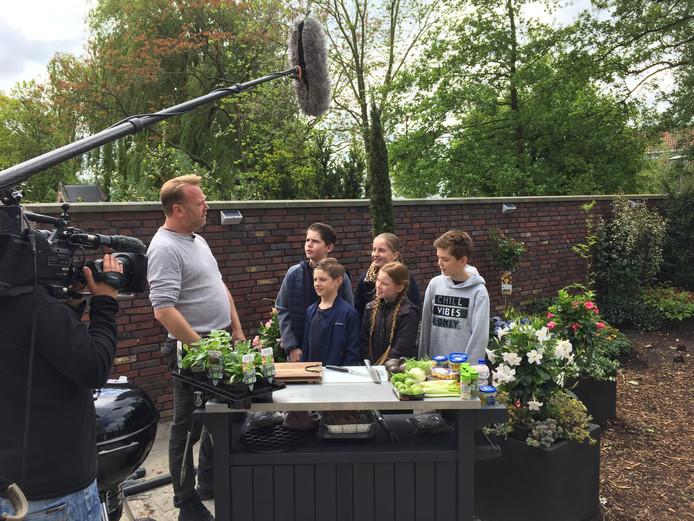 De Grote Tuinverbouwing-kok Jeremy Vermolen instrueert leerlingen van de Alphense Bonifaciusschool.