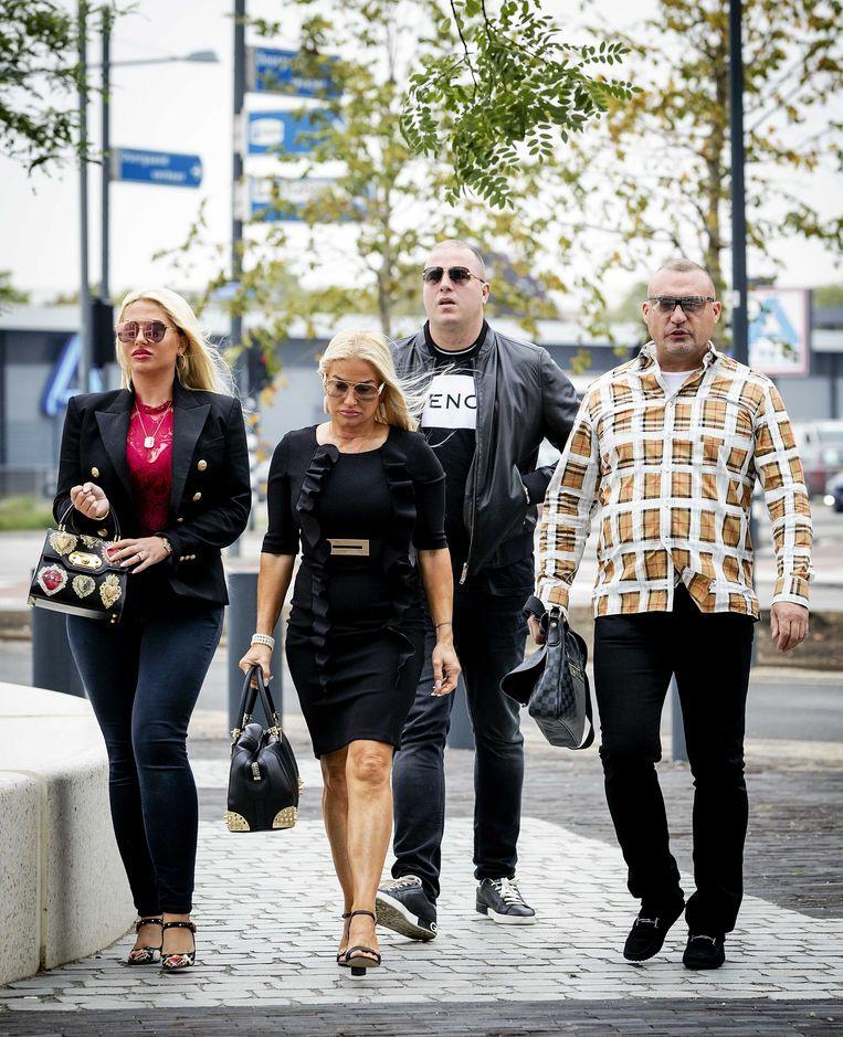 Klaas Otto (rechts), familieleden en zijn advocaat arriveren op 23 augustus 2018 bij de rechtbank van Breda voor een afpers-, witwas- en mishandelingszaak.  Beeld Foto ANP