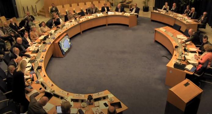 De gemeenteraad van Maasdriel was in debat over de motie van wantrouwen van de VVD tegen wethouder Peter de Vries.