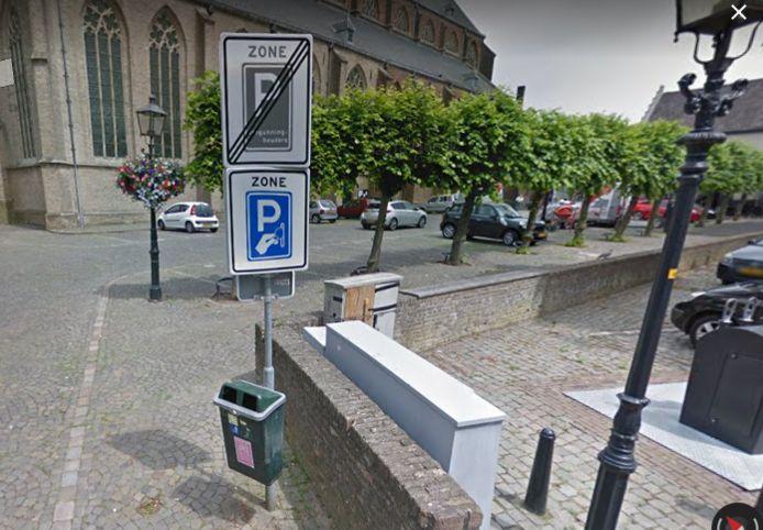 Een prullenbak op een parkeerplaats in Doesburg,
