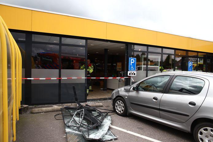 De auto heeft behoorlijke schade aangericht bij de supermarkt.
