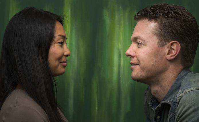 ENSCHEDE - Sarah Grosman en Maarten Frielink organiseren World's Biggest Eye Contact: bekenden en onbekenden kijken elkaar op 23 september 1 minuut in de ogen.