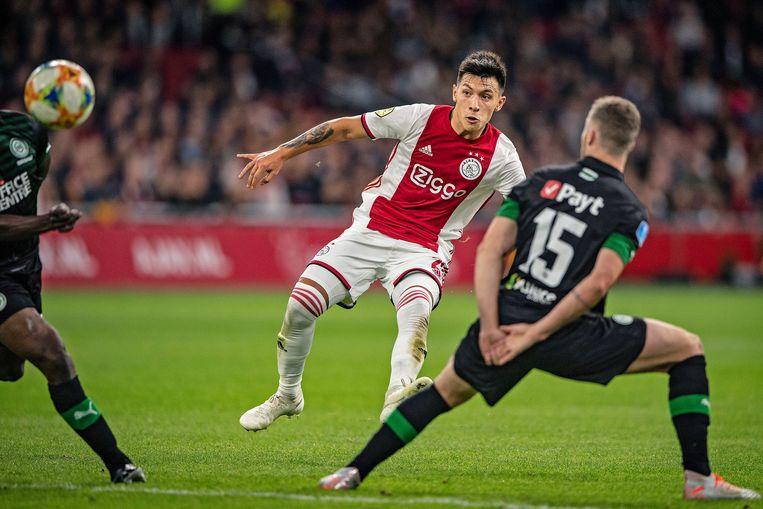 Lisandro Martínez schiet tussen twee spelers van Groningen, Matusiwa en Gudmundsson, de verlossende 1-0.  Beeld Guus Dubbelman / de Volkskrant