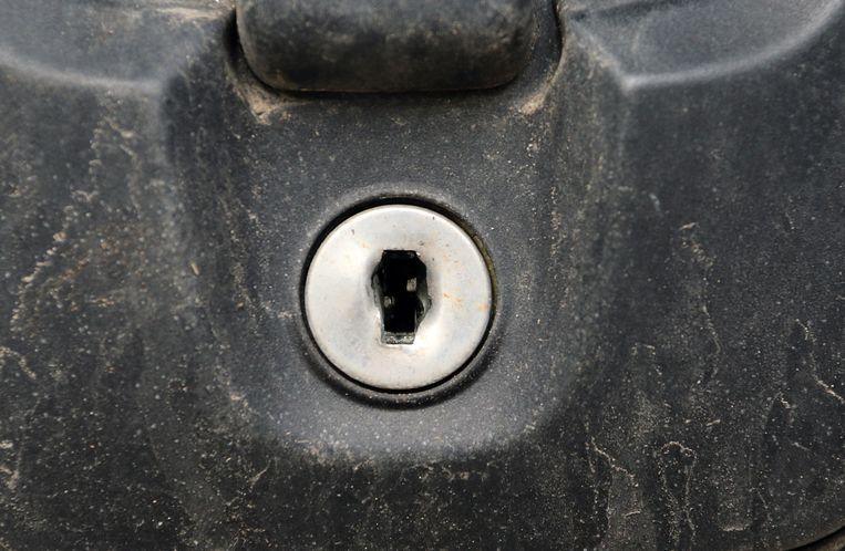 Het sleutelgat werd vermoedelijk opengebroken met een schroevendraaier of door erin te boren.