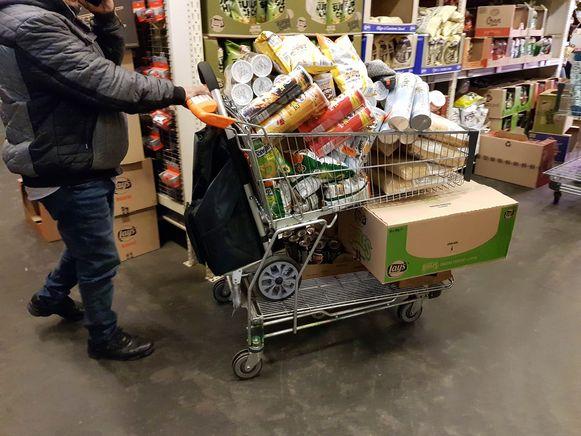Een karretje op een winkelkar. Sommige klanten zijn zwaar aan het hamsteren geslagen.