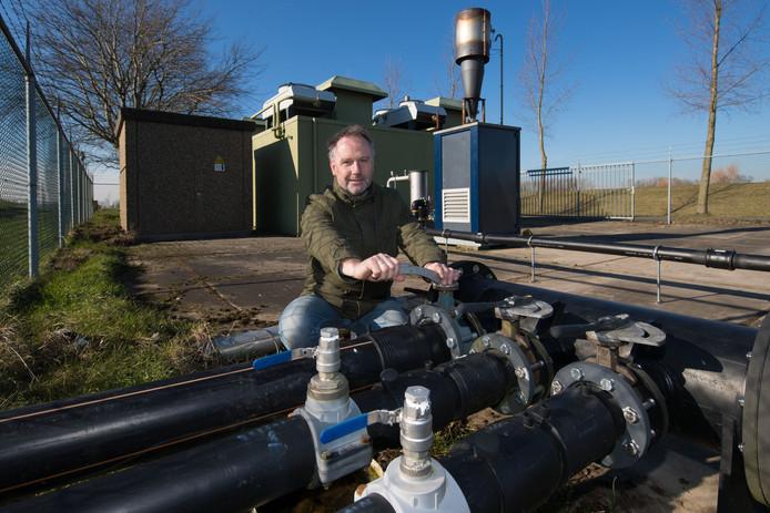 Thom de Ruiter van 'Emmeloord Opgewekt' bij de gaswinningsinstallatie bij de voormalige stortplaats (nu golfbaan) aan het Friese Pad bij Emmeloord.