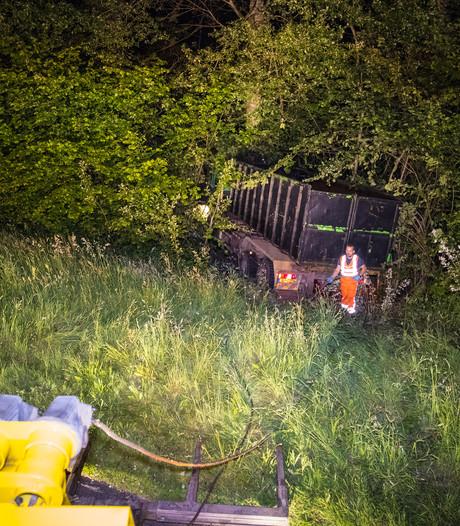 Man springt uit rijdende vrachtwagen en slaat op de vlucht bij A50