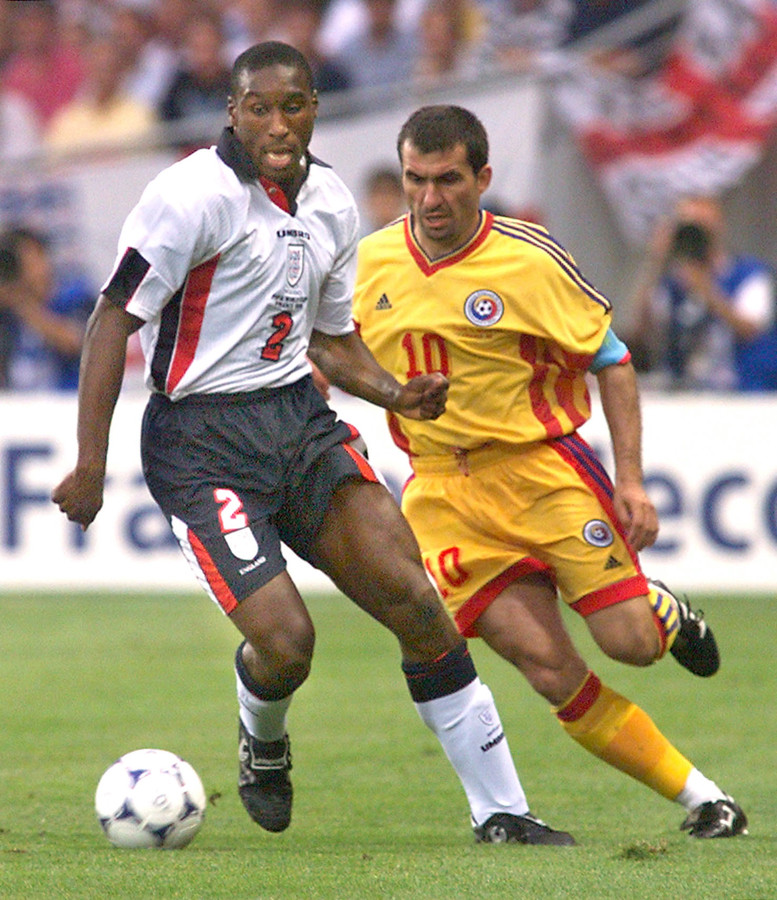 1998: Sol Campbell (links) wordt achtervolgd door Gheorghe Hagi.