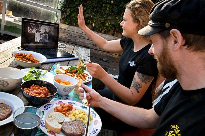 Lucy van Ostade en haar vriend Luuk dineren via Zoon met de familie.