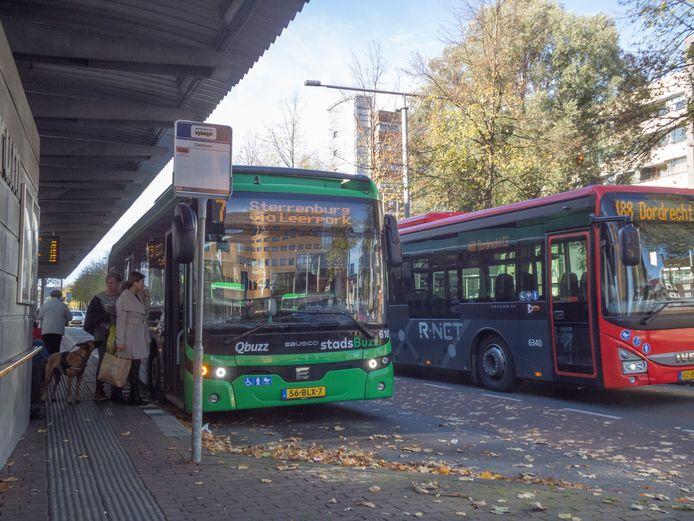 Qbuzz laat vanaf 1 juni veel meer bussen rijden, maar alleen voor mensen die echt moeten reizen.  Reizigers moeten op de perrons bovendien afstand houden.