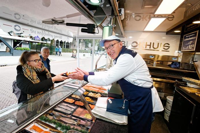 Vishandelaar Willem Blokhuis op zijn standplaats bij winkelcentrum Planetenbaan.