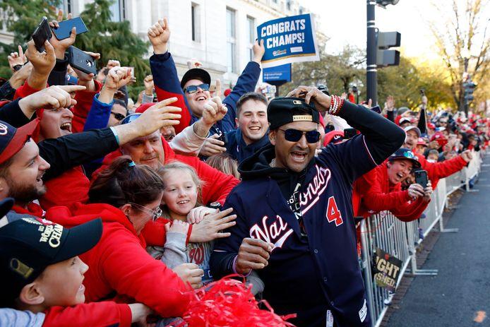 Nationals-manager Dave Martinez viert het winnen van de World Series met de fans in Washington.