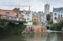 Aan de Sint-Jansvest stopt de brug, niet op de grond, maar zwevend, en vooral onafgewerkt. Voor het verlengde naar de Brabantdam is er nog steeds geen vergunning.