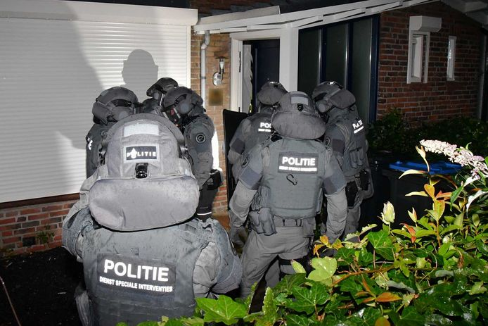 Bij een inval in een woning in Wolphaartsdijk houdt de politie twee mensen aan.