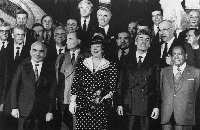 Robert Mugabe (uiterst links) op de Klimaattop in den Haag in 1989. Naast hem onder meer koningin Beatrix, de Jordaanse koning Hoessein, de Franse president Francois Mitterrand, de Egyptische president Mubarak, premier Lubbers en bondskanselier Kohl.