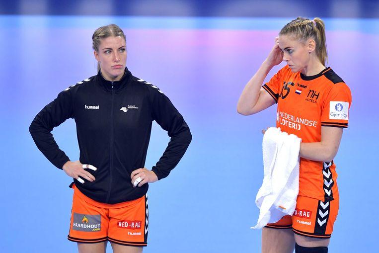 Verslagenheid bij Nycke Groot en Maura Visser van het Nederlands handbalteam vrouwen na de verloren wedstrijd Nederland tegen Noorwegen bij het EK Handbal in Frankrijk. Beeld ANP
