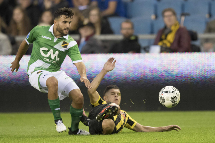 Mounir El Allouchi in duel met Vitesse-speler Milot Rashica