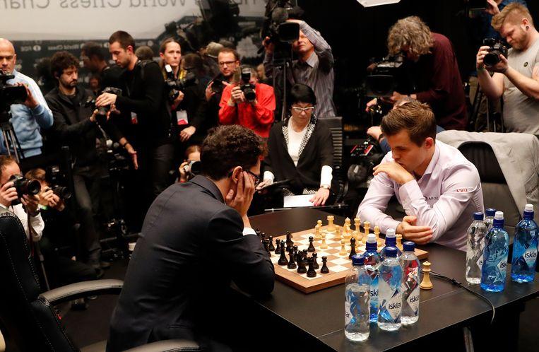 Carlsen en Caruana op de finaledag van het WK in Londen. Beeld AP