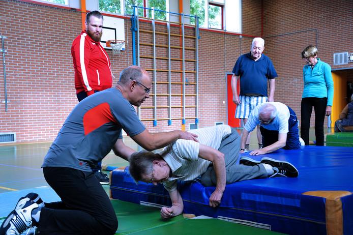Een cursus valpreventie voor senioren. Ouderen in het Vechtdal deden mee aan een proef om de kans op vallen te verkleinen. Foto Rinie Boon