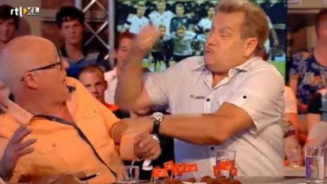 Boskamp deelt Van der Gijp paar 'tikkies' uit als straf voor 'kutbelgen'