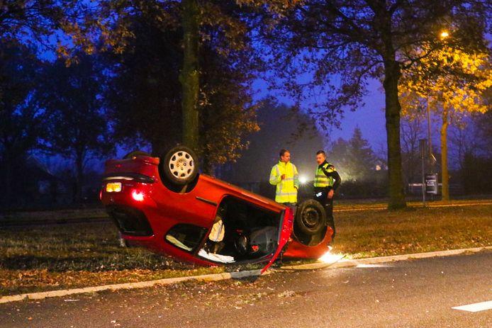 Opde Kayersdijk in Apeldoorn belandde een auto op de kop.