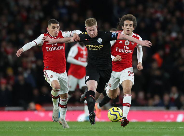 Kevin De Bruyne van Manchester City stoomt met de bal aan de voet op tegen Arsenal. De Belg was goed voor twee van de drie doelpunten van City. Beeld BSR Agency