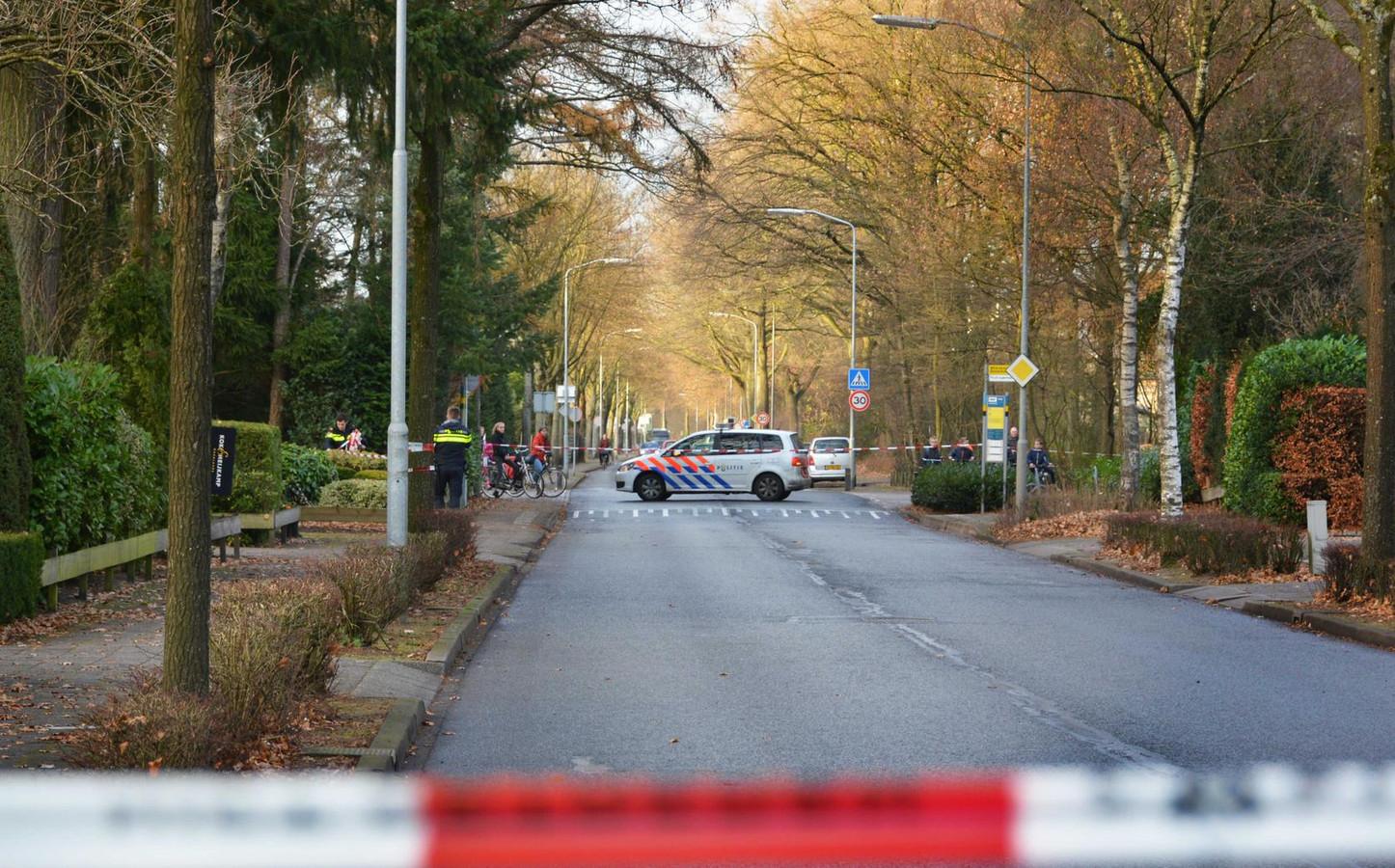 NUNSPEET - De politieagenten doen onderzoek naar een ontvoering aan de Oenenburgweg in Nunspeet.