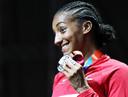 Nafi Thiam met haar zilveren WK-medaille op de zevenkamp.