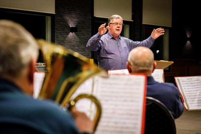 Kapelmeester Gerrit te Vaarwerk dirigeert de Toutenburgher Muzikanten tijdens een repetitie.