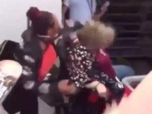 Des manifestants contre la mort de George Floyd attaquent une femme en fauteuil roulant