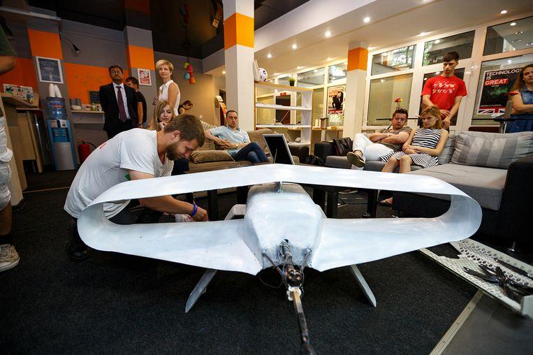 Vladimir Davidoff bij zijn uitvinding: een drone die pakketjes kan bezorgen. Beeld Gleb Sokolovskiy