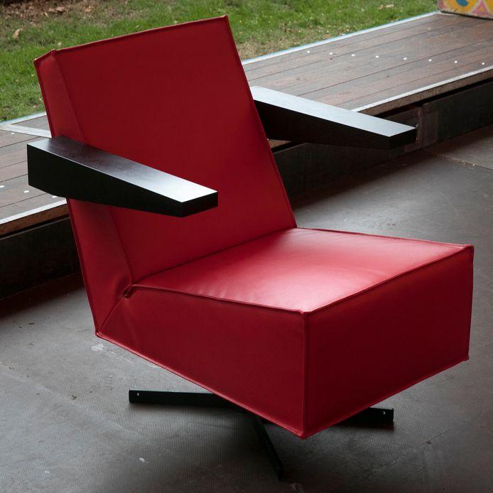 De zogeheten Press Room Chair die Gerrit Rietveld ontwierp in 1958, weer in productie genomen door Spectrum Design in Eindhoven.