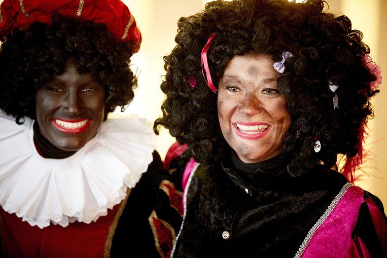 Een 'zwarte piet '  en een roetpiet. De discussie over de figuur van Zwarte Piet beroert al jaren de gemoederen in Nederland.