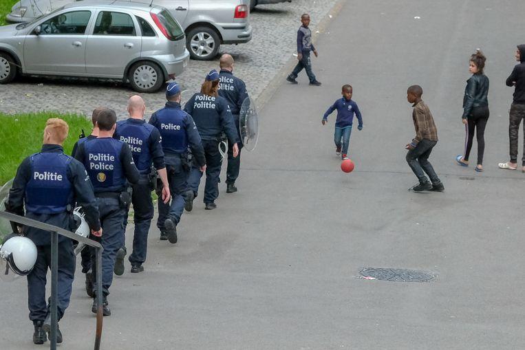 Peterbos politie actie: politie op patrouille door de wijk waar de kleinste kinderen voetbal spelen