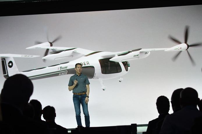 Jeff Holden, hoofd productieontwikkeling van Uber, spreekt tijdens de jaarlijkse Uber Elevate Summit op 8 mei 2018, over de eerste 'vliegende taxi'.