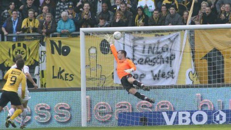 Mulder (R) van Feyenoord slaagt er niet in de vrije trap van Hadouir (niet in beeld) tegen te houden. ANP Beeld
