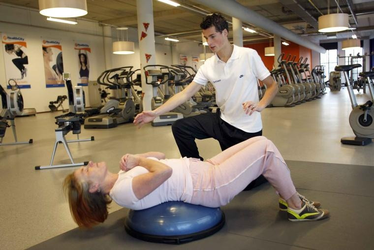 Edith Kruithof is een van de klanten die Michiel Smit als hun personal coach inhuren. Het doel is vaak om een aantal kilo's af te vallen. De coach is dan voortdurend bezig om een klant te begeleiden en te stimuleren om de oefeningen te doen. foto Ab Hakeboom