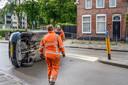 Auto op z'n kant in woonwijk Breda
