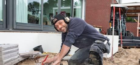 Musicalster Tommie Christiaan is nu even hovenier: 'Dankbaar werk'