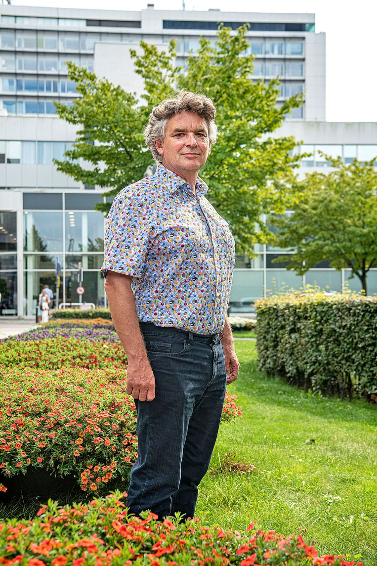 Peter de Man onderzocht monsters uit de ventilatiesystemen van het verpleeghuis in Maassluis, waar een grote corona-uitbraak was.  Beeld Guus Dubbelman