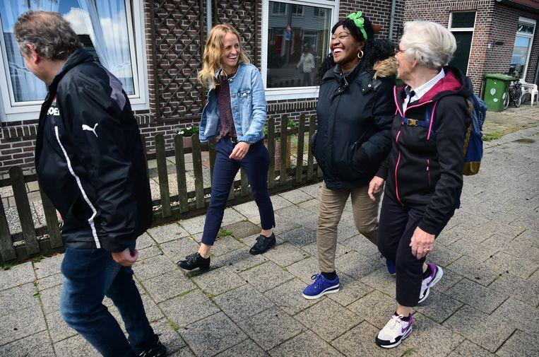 Wandelen met medewerkers van gezondheidscentrum Lange Hille Rotterdam Zuid.  Beeld Marcel van den Bergh