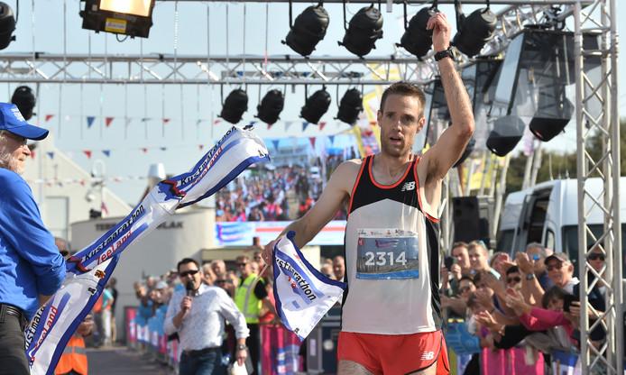 Willem van Schuerbeeck komt als eerste over de finish.