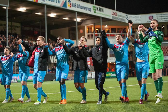 FC Twente viert de zege met de massaal meegereisde aanhang.